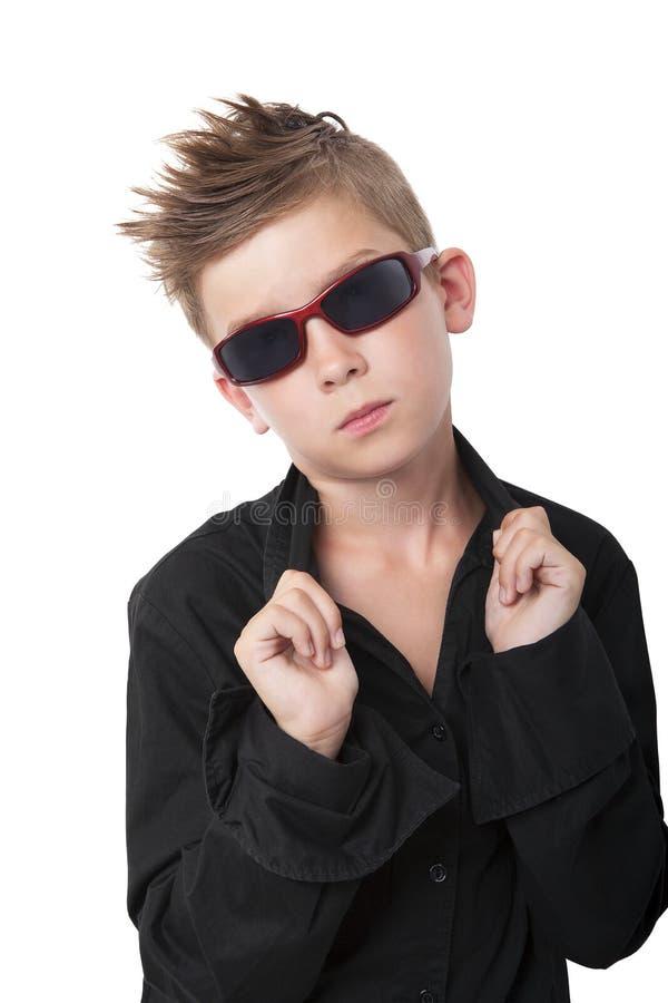 Moderiktig kall pojke. arkivfoto