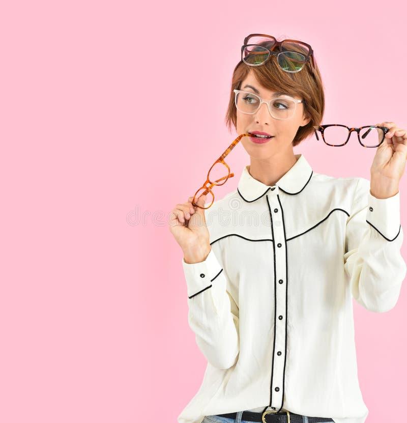 Moderiktig kvinna med överflöd av glasögon royaltyfri foto