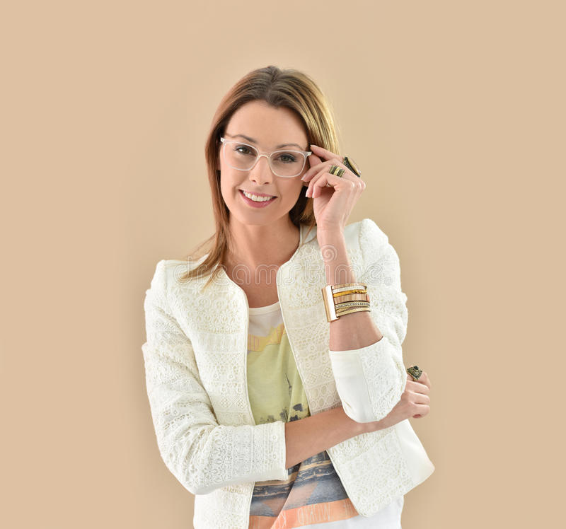 Moderiktig kvinna med glasögon royaltyfri foto
