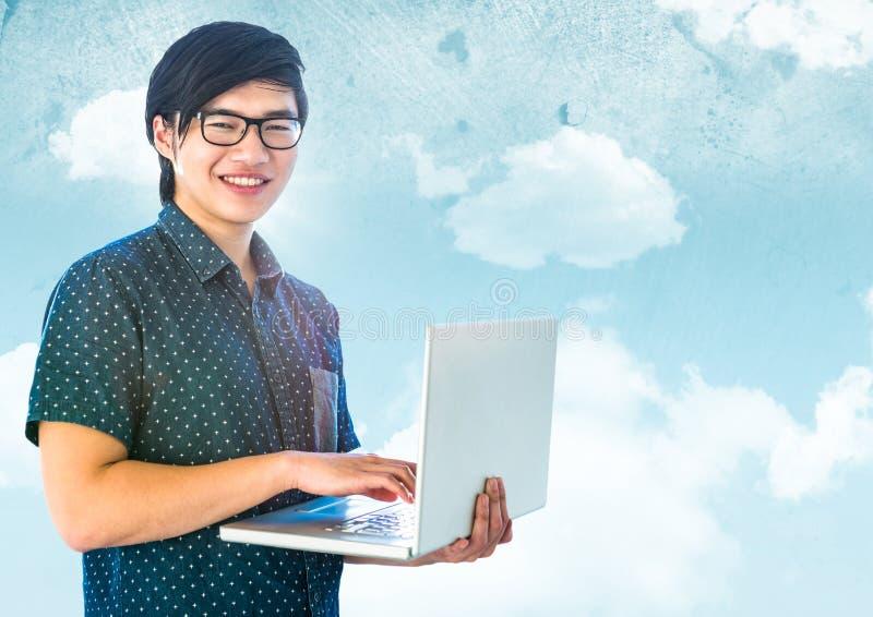 Moderiktig man med bärbara datorn mot himmel arkivfoton