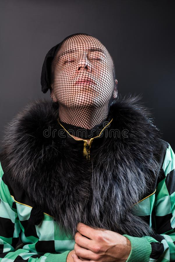 Moderiktig man som skjuter för modetidskrift royaltyfria foton