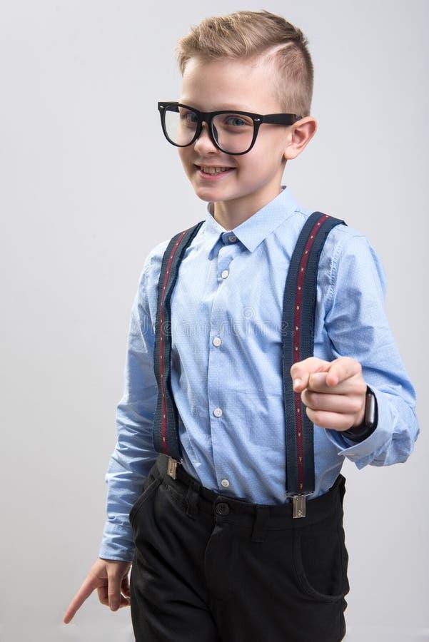 Moderiktig skolpojke som gör en gest med kokett fotografering för bildbyråer