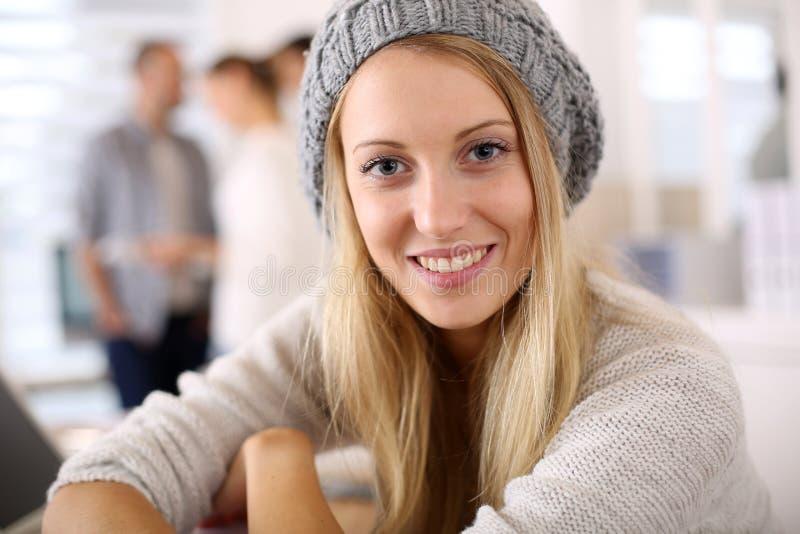 Moderiktig studentflicka i bärande barret för grupp royaltyfri bild