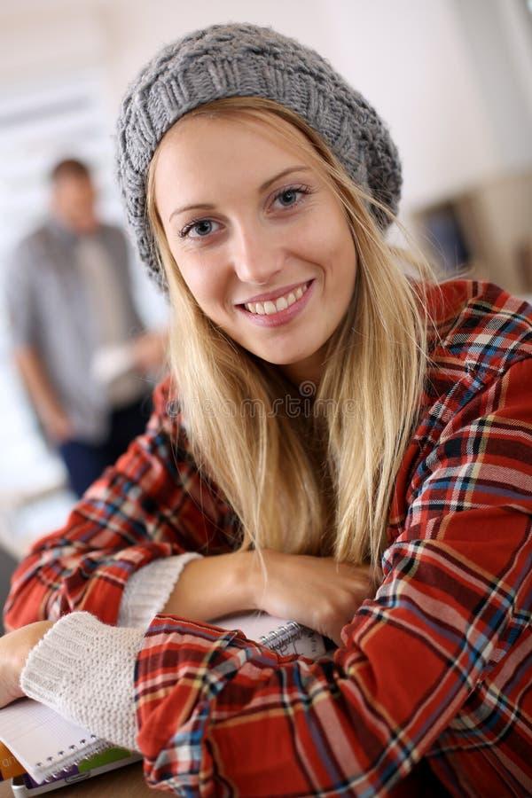 Moderiktig studentflicka i klassrum royaltyfri bild