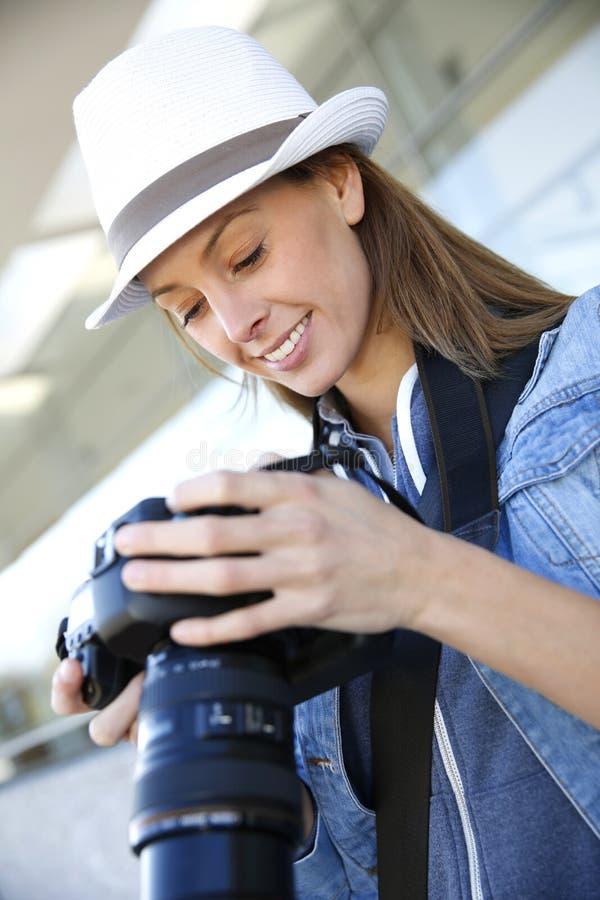 Moderiktig ung fotoreporter på arbete arkivbild