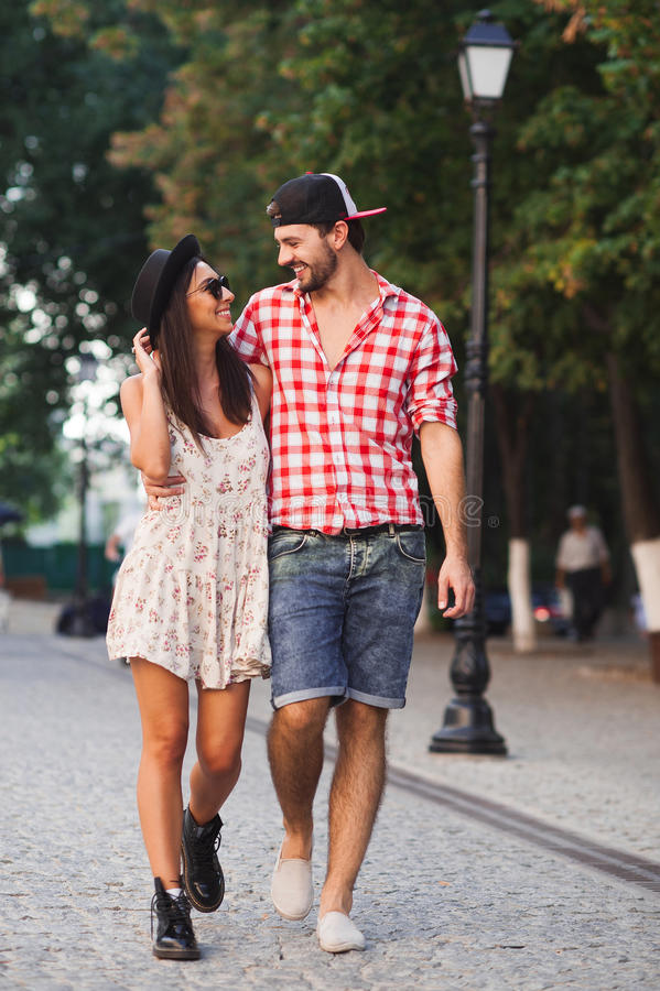 Moderiktiga man- och kvinnamodeller går på gatan royaltyfria bilder