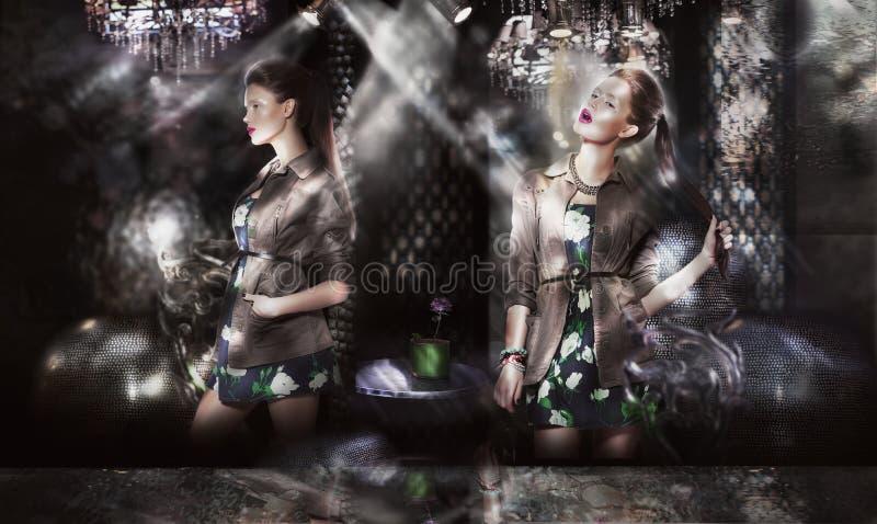 Moderiktiga modemodeller i solstrålar över abstrakt bakgrund royaltyfri bild