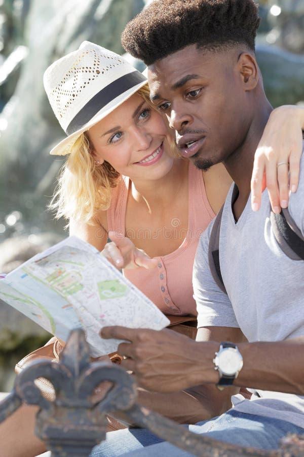 Moderiktiga par genom att använda översikten i stad arkivfoton