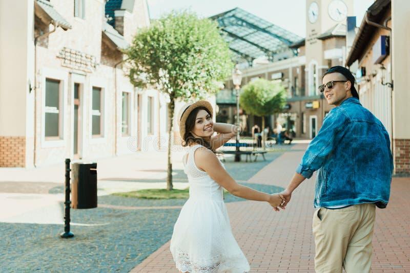 Moderiktiga parinnehavhänder, medan gå i stad royaltyfri foto