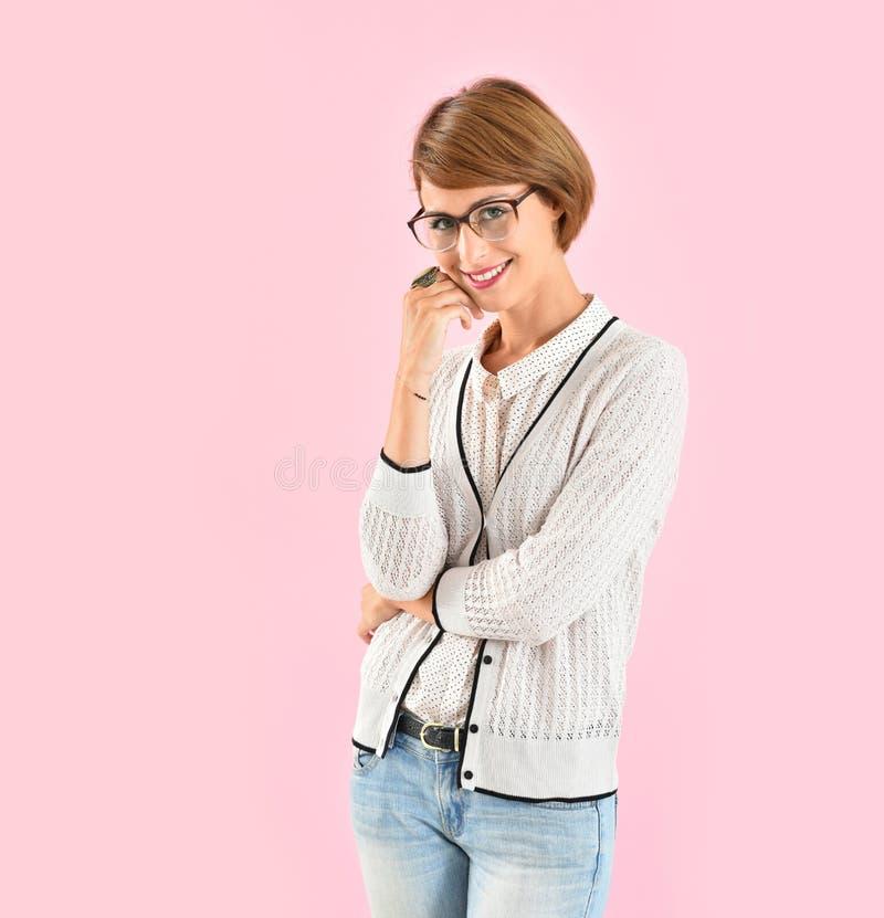Moderiktigt bärande glasögon för ung kvinna royaltyfria bilder