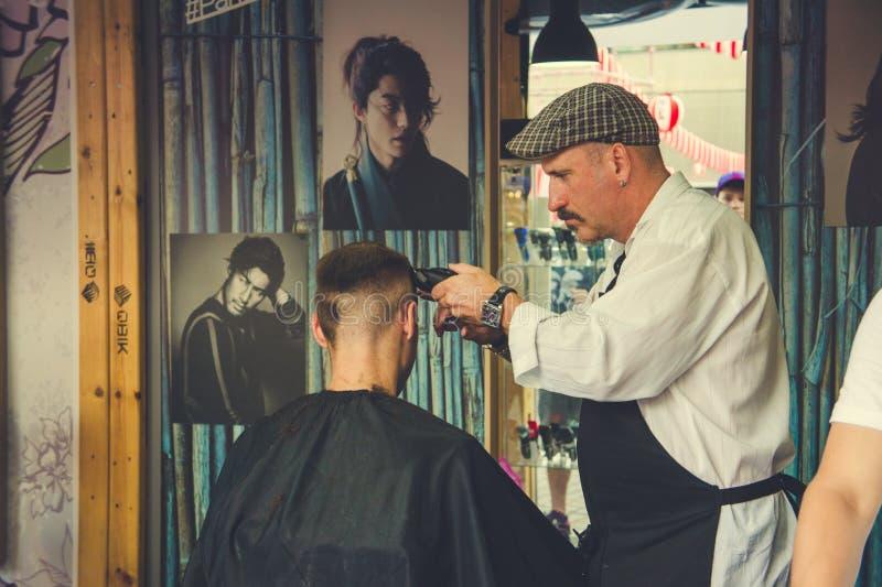 Moderiktigt hår som klipps på barberaresalongen arkivfoton