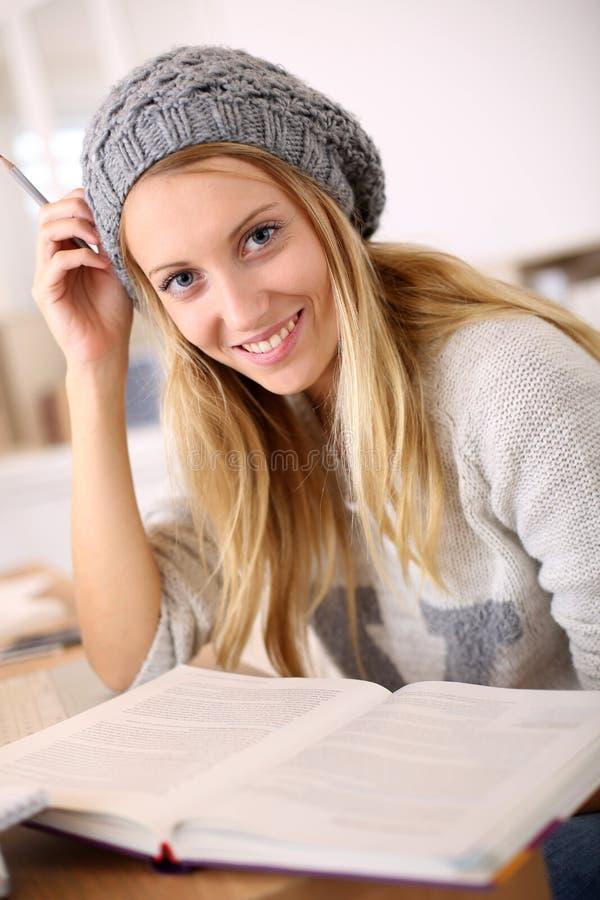 Moderiktigt studera för ung kvinna royaltyfria foton