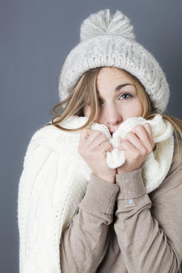 Moderiktigt värme vintern för ung blond flicka royaltyfria bilder