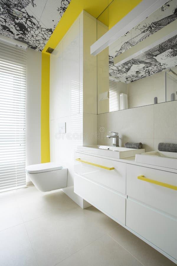Moderiktigt vit- och gulingbadrum royaltyfri foto