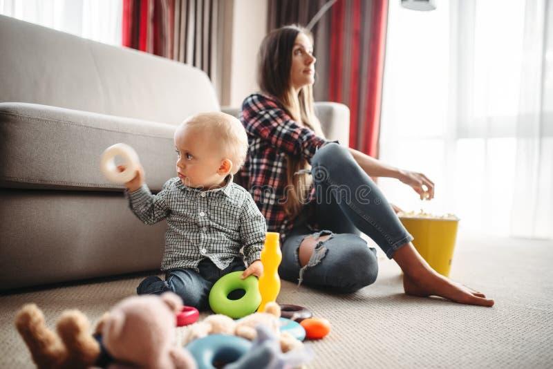 Moderklockatv, unge nära, behandla som ett barn omsorgproblem arkivfoton