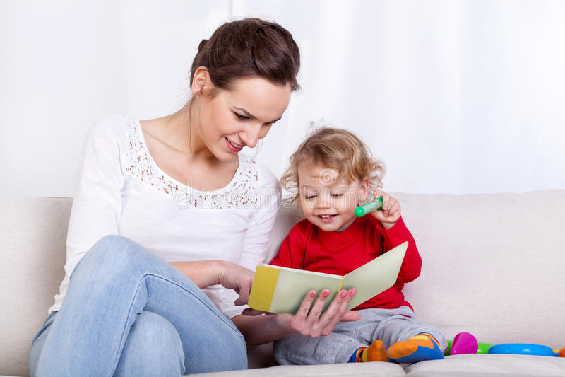 Moderläsebok med barnet fotografering för bildbyråer