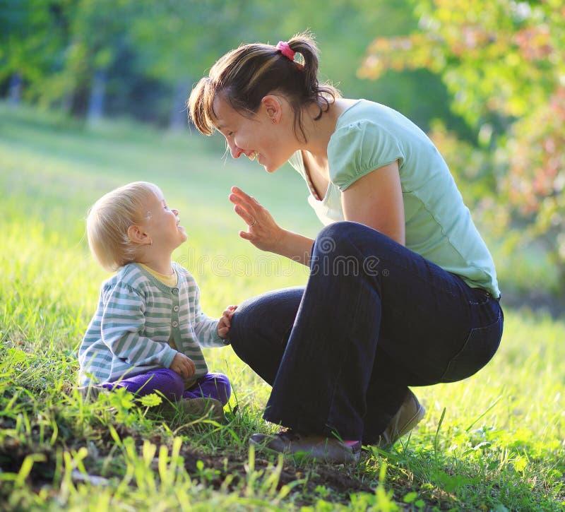 Moderlek med henne behandla som ett barn utomhus- royaltyfria bilder