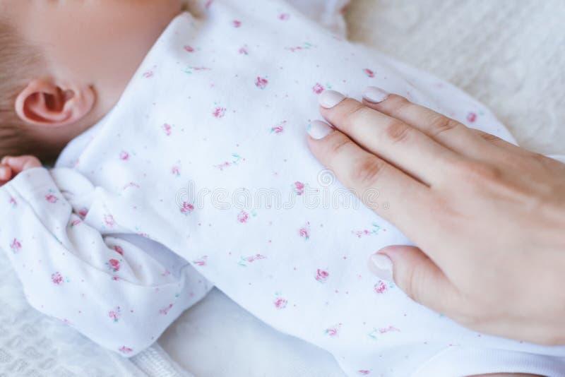 Moderlig värme och att att bry sig för ett nyfött behandla som ett barn royaltyfri bild