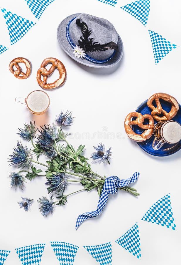 Modermoderner Oktoberfest Hintergrund mit traditionalbayerisch-weißblauem Stoff , Dekoration, Brezel , Tassen von Bier, Bayerisch lizenzfreie stockfotografie