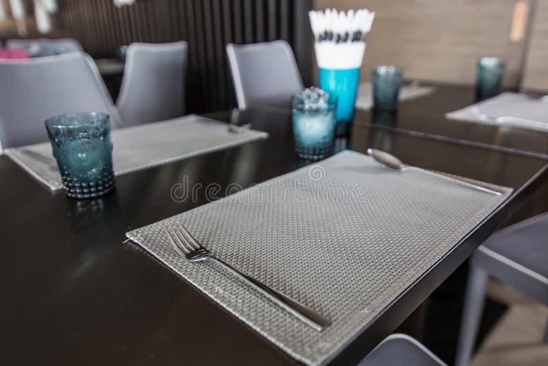 Modern äta middag tabell royaltyfria bilder