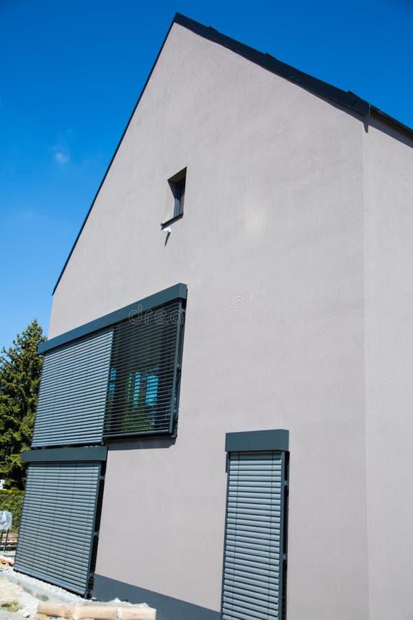 Modern ééngezins grijs huis, Duitsland royalty-vrije stock fotografie
