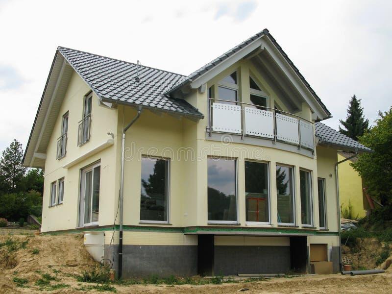 Modern ééngezinshuis met glasvoorzijde stock fotografie