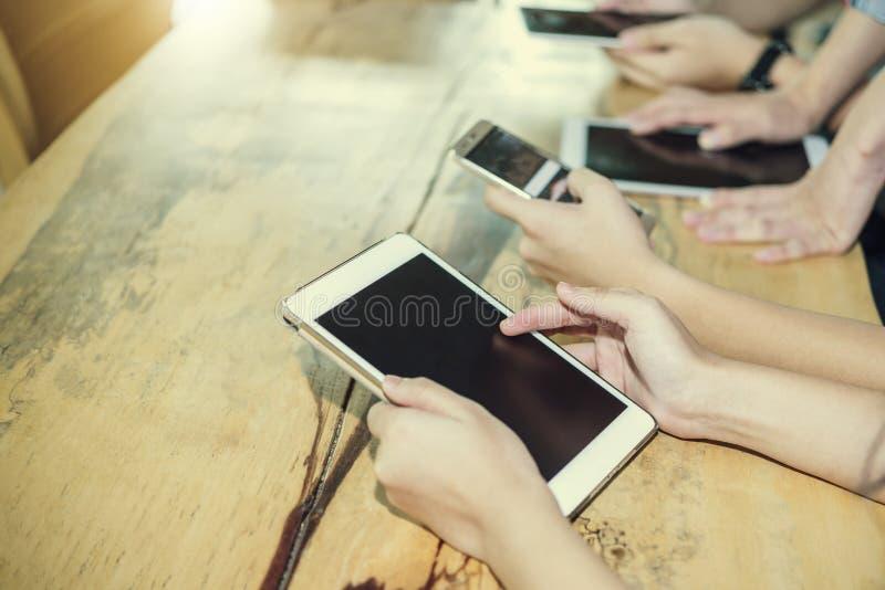 Modern affär med ny teknik på smartphonebegrepp Peopl arkivbild