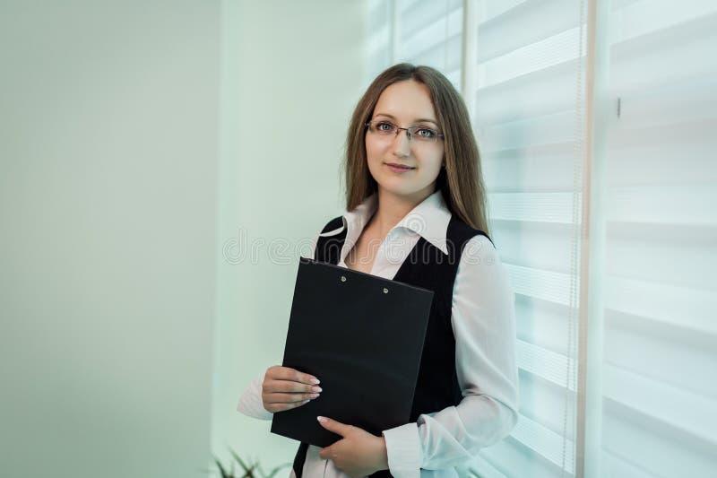 Modern affärskvinna i kontoret med kopieringsutrymme, affärswom arkivfoton