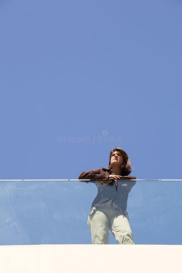 Modern affärskvinna i utomhus- arkivfoton