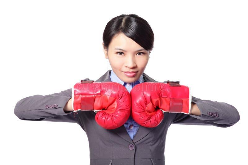 Modern affärskvinna med boxninghandskar fotografering för bildbyråer