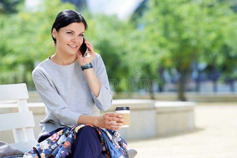Modern affärskvinna som talar på telefonen royaltyfri foto