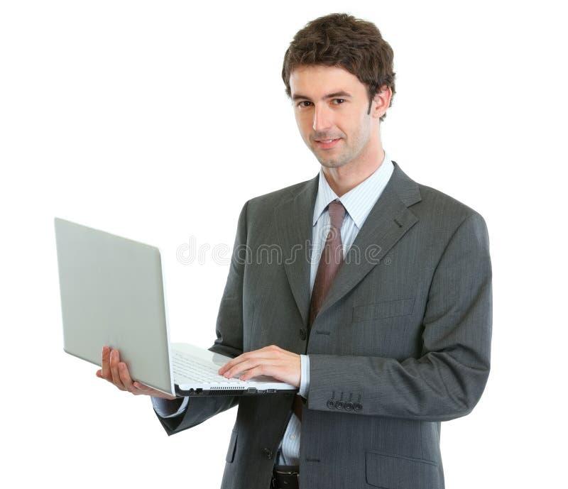 modern affärsmanbärbar dator royaltyfria bilder