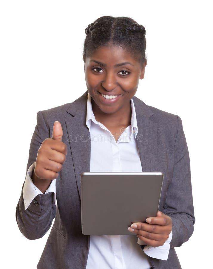 Modern afrikansk affärskvinna som arbetar med minnestavladatoren royaltyfria bilder