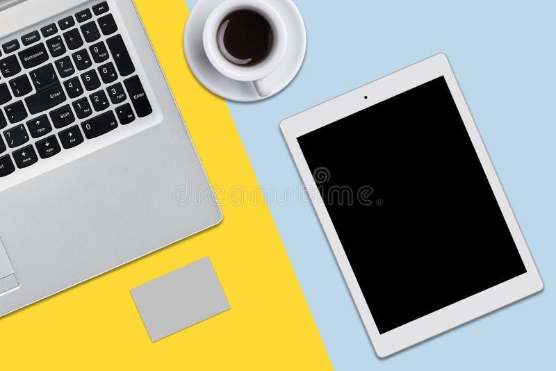 modern arbetsplats Bästa sikt av bärbar datordatoren, minnestavlan, koppen av cofffe eller te på plan yttersida Dator och minnest stock illustrationer