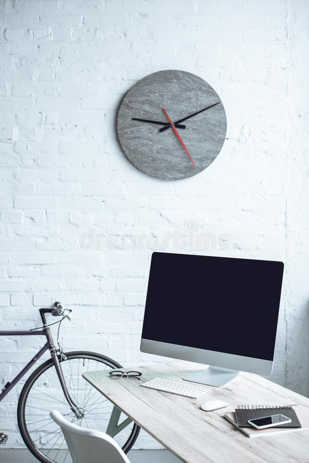 modern arbetsplats med den skrivbords- datoren arkivfoton