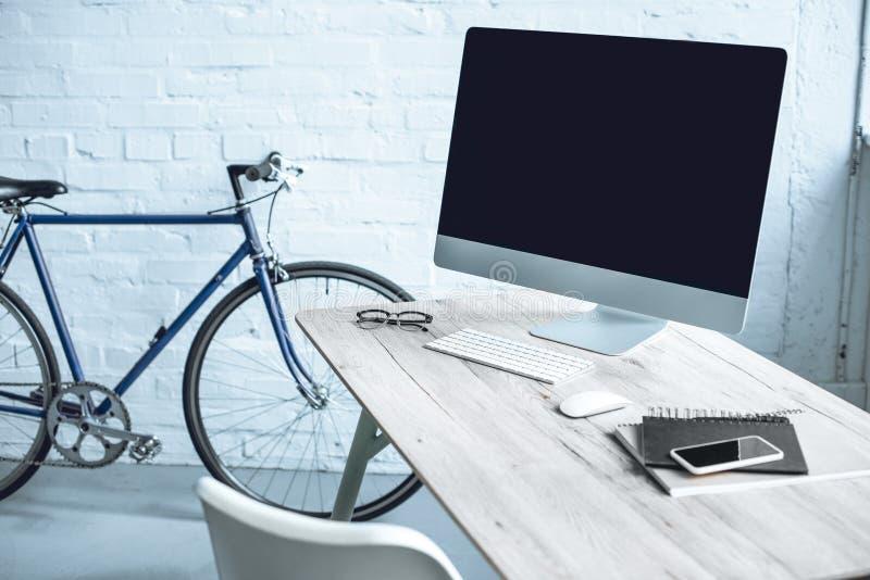 modern arbetsplats med den skrivbords- datoren och elektronik fotografering för bildbyråer