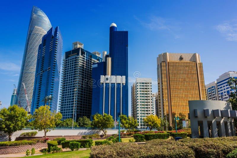 Modern arkitektur av i stadens centrum Abu Dhabi, UAE royaltyfria bilder