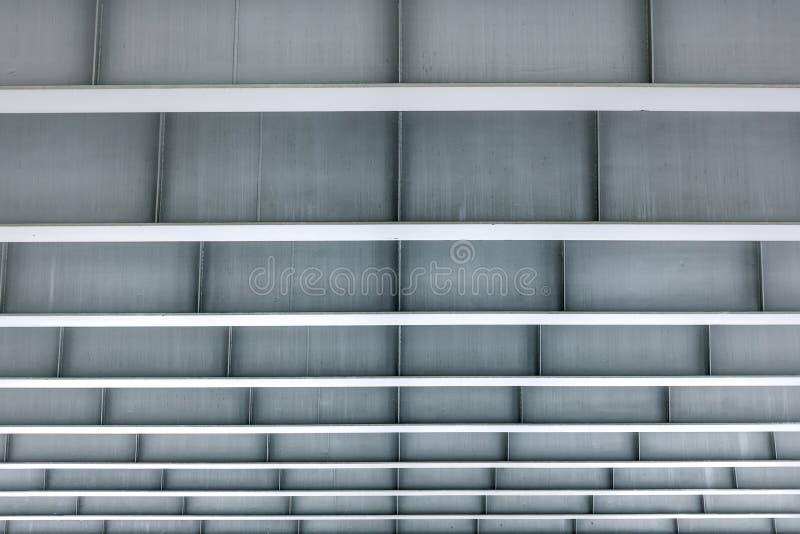 Modern arkitektur av minimalismbyggnad Sikt, från under som en metallkonstruktion av grå färger färgar med även en ram arkivbild