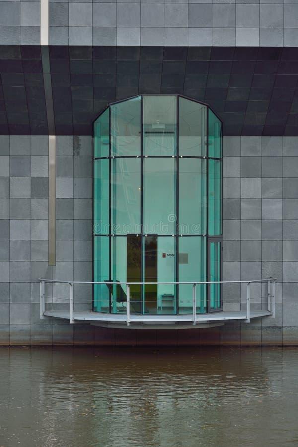 Modern arkitektur, glass veranda i en rund form royaltyfri bild