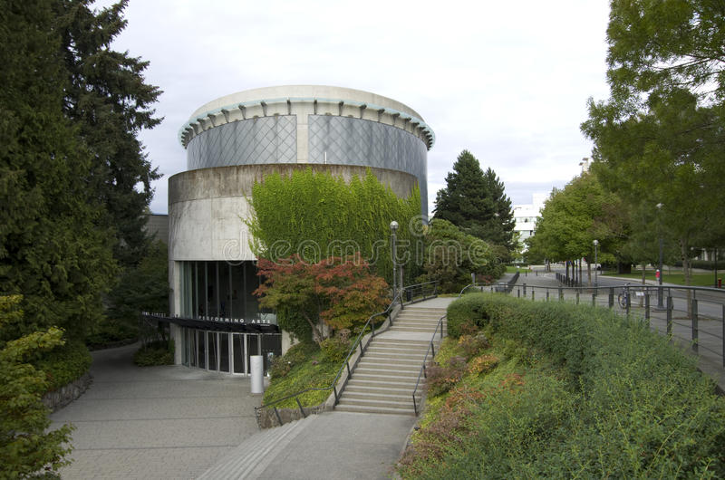 Modern arkitektur i högskolauniversitetsområde arkivbild