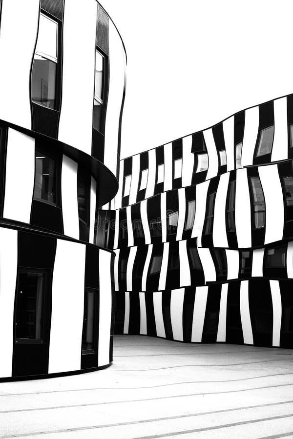 Modern arkitektur i svartvitt fotografering för bildbyråer