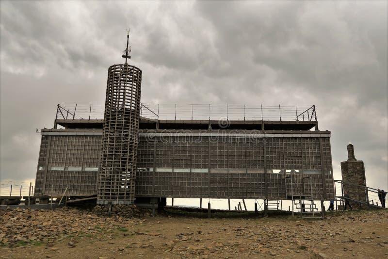 Modern arkitektur på monteringen Snezka royaltyfri bild