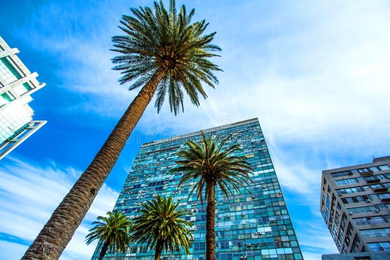 Modern arkitektur på plazaen Independencia i Montevideo arkivbilder