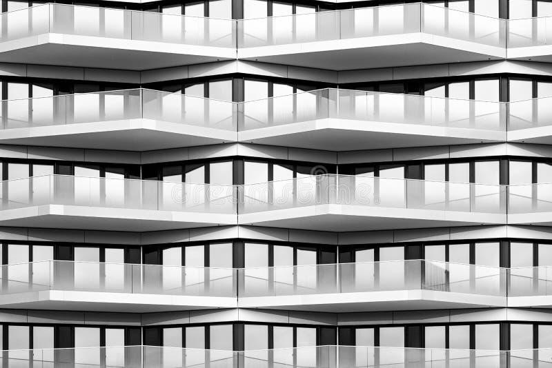 Modern arkitektur, svartvit byggande fasad - arkivfoton