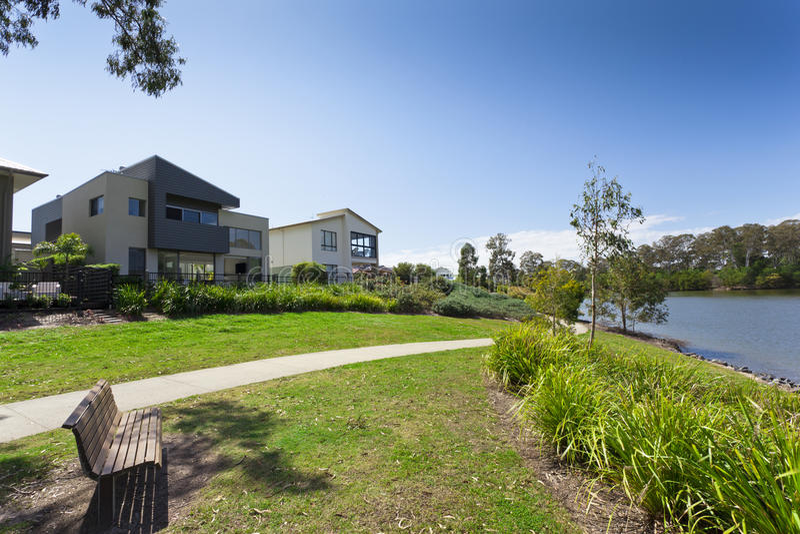 Modern australiensisk hus och park royaltyfri foto
