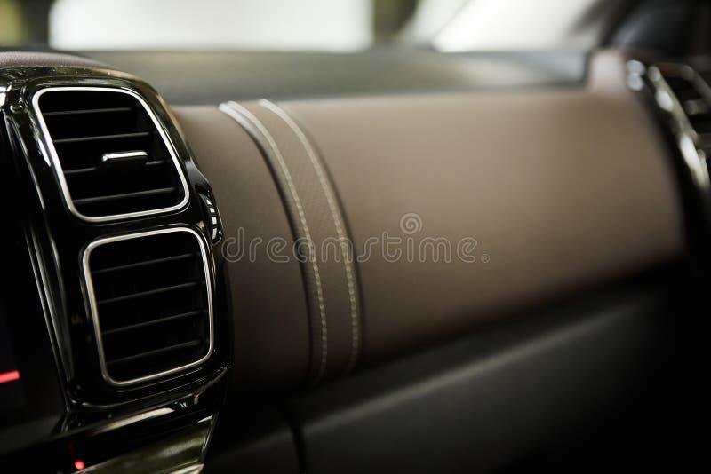 Modern autobinnenland met close-up van de gaten en de airconditioning van het ventilatiesysteem Conceptenbehang voor autolucht stock foto's