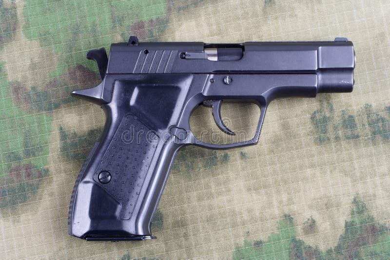 modern automatisch pistool op camouflage royalty-vrije stock afbeeldingen