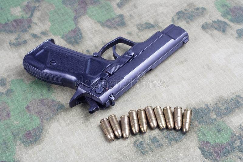 modern automatisch pistool op camouflage stock fotografie