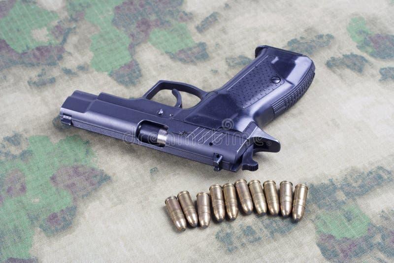 modern automatisch pistool op camouflage royalty-vrije stock foto