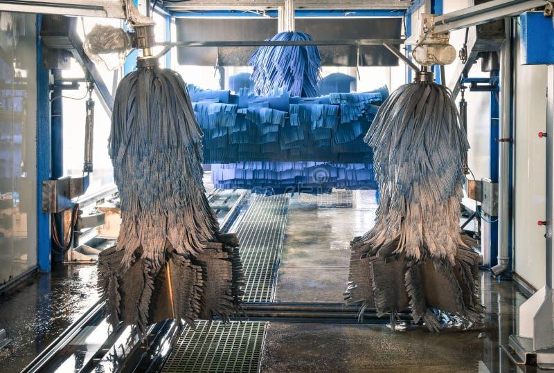 Modern automatisk Carwash med blåa borstar arkivfoto